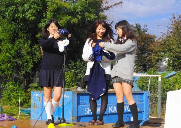 スク水で遊ぶ制服女子高生たち こんな光景見たことがありません