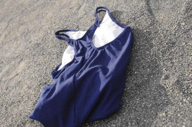 廃校でスクール水着を投げる制服女子高生を激写「ふわっと感が大事」