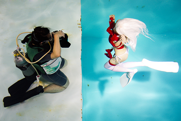 月刊化した「水中ニーソ」撮影現場に密着! 水中メイクのコツも