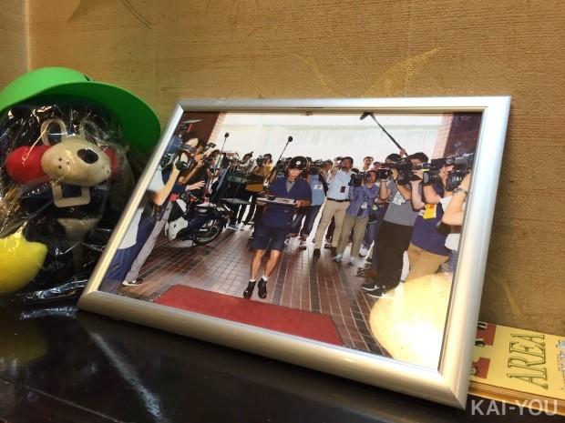 みろく庵の店内に飾られた出前時の写真