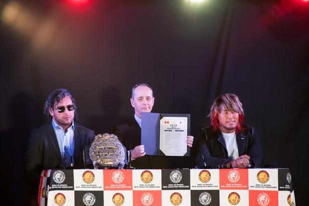 新日本プロレスによる公開調印式_ケニー選手(左)、メイCEO、棚橋選手(右)