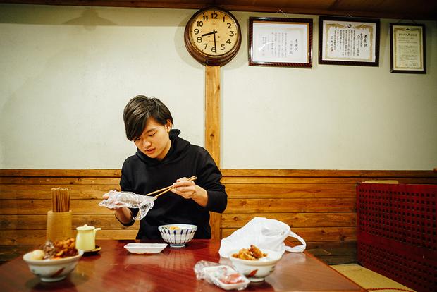 市場で購入した海産物を、せっせとご飯に盛り付けていくぼくりりさん。まだ口にしていないのに、すでに満面の笑み
