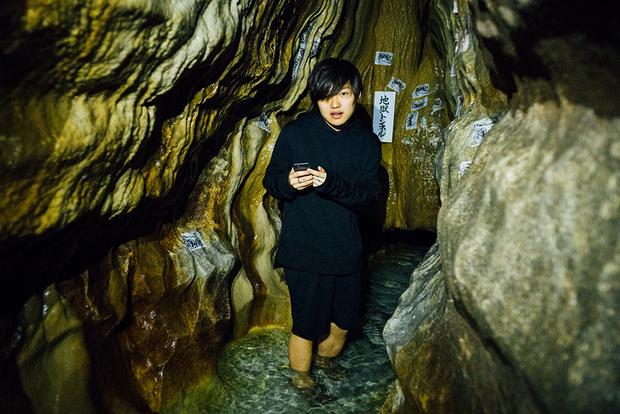 鍾乳洞は約900メートルに渡って延び、地表から染みこんだ水でできた地下川が流れる。一行が訪問した3月は、肌を刺すような水の冷たさだった