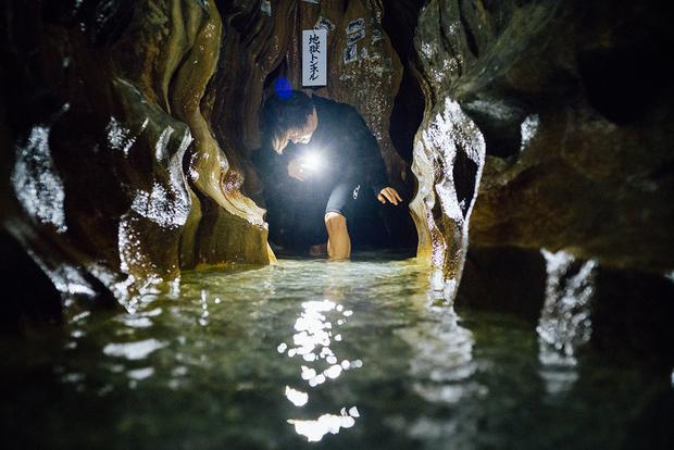 膝上程度しかない「地獄トンネル」をくぐるには、冷水に下半身を沈める必要がある。その先には「第1の滝」が