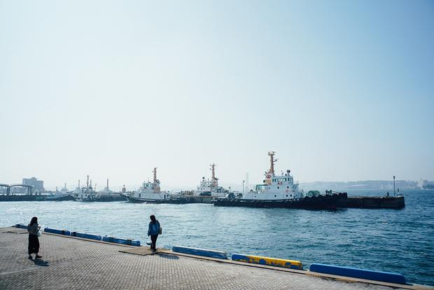 かつて石炭などを扱う国の特別輸出港に指定され、日本のエネルギー産業を支える重要な国際貿易港だった門司港。いまだに残るレトロな街並みは「門司港レトロ」として観光名所に。JR門司港駅は国の重要文化財に指定されている