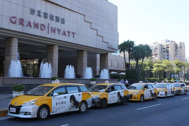 台湾内を走るラッピングタクシー