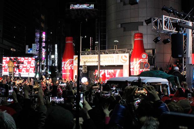 渋谷109のイベントスペースでは、コカ・コーラによるカウントダウン