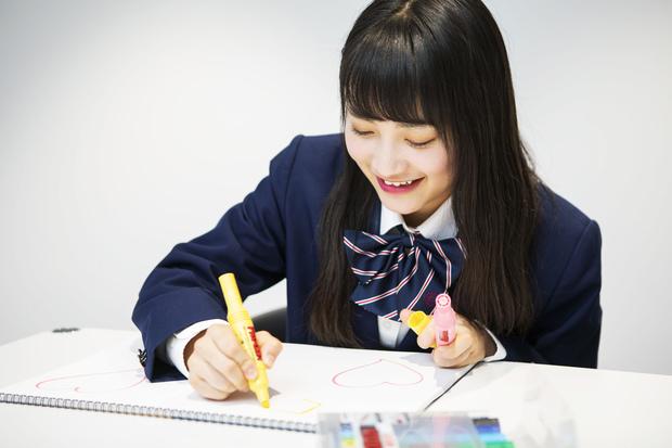 絵を描き始める福田さん