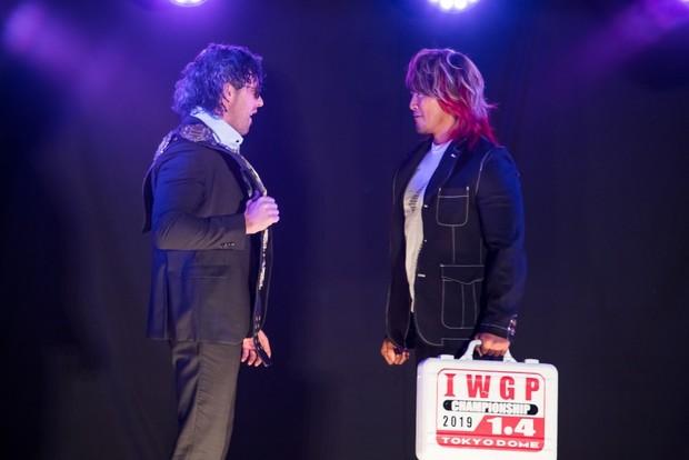 新日本プロレスによる公開調印式_ケニー選手(左)、棚橋選手(右)