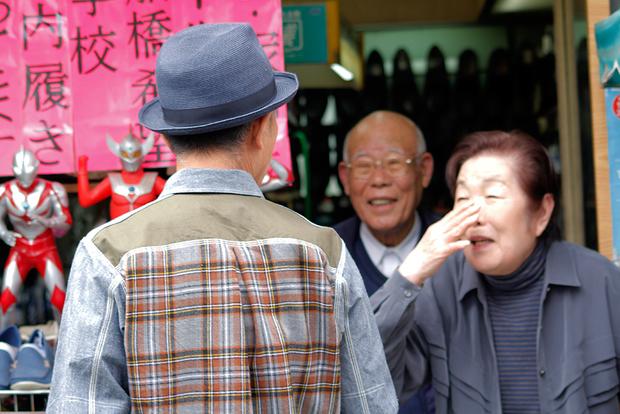 商店街を歩く際には地元の人と気軽に挨拶を交わし合う