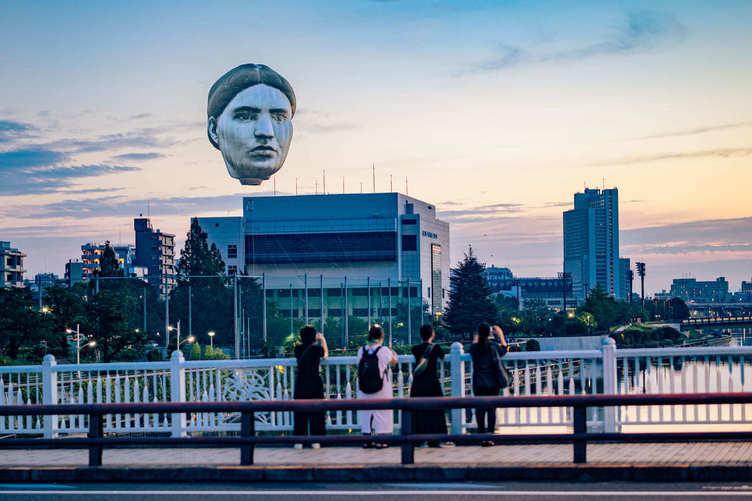 空に浮かぶ巨大な「顔」再び東京に現れる 現代アートチーム 目[mé]の思惑