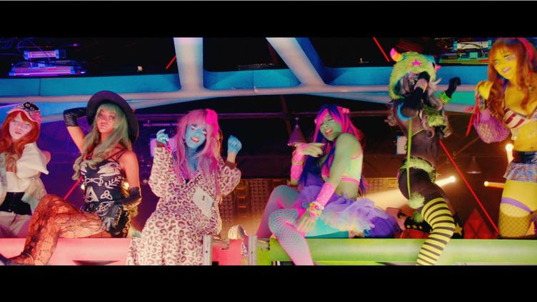 異色肌ギャル、GENERATIONS新MVに出演 極彩色の肌がMV映えする