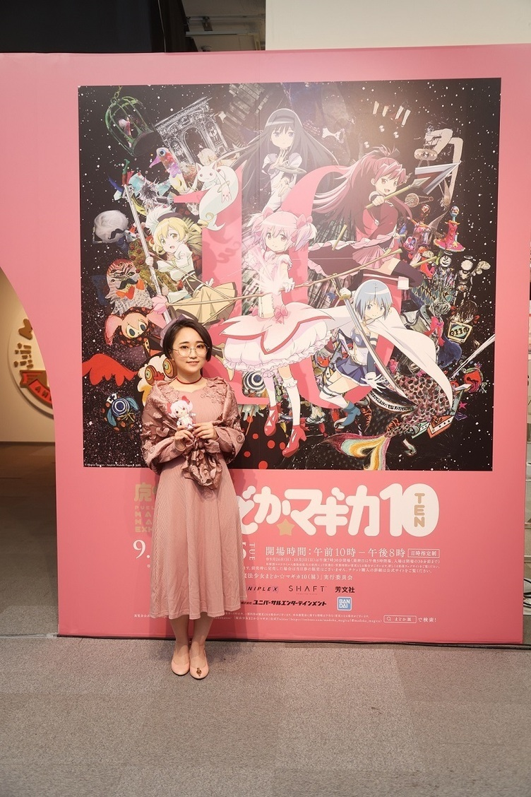 悠木碧、ピンクのドレス姿で登壇『まどマギ』10周年記念展