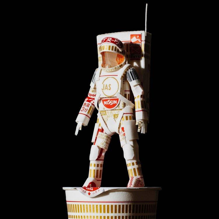 カップヌードルの容器が宇宙飛行士に! 胸のJASマークがもはやJAXA