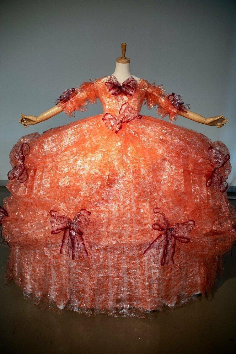 使ったのは〇〇〇〇個の「ハッピーターン」 愛が半端じゃない特製ドレス