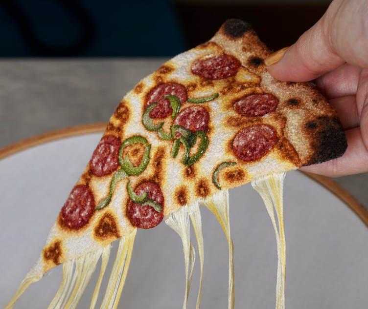 はて、刺繍とは? 糸でできたピザが美味しそうでたまりません