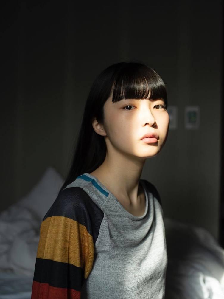 青山裕企が写真展「少女礼讃」 素性不明の少女との謎めいた関係性