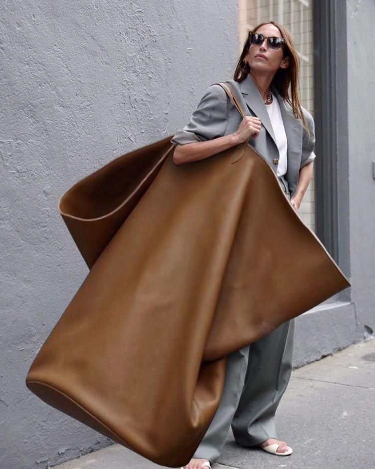 驚異のファッション爆誕? 人も入る特大バッグのインパクトがヤバい
