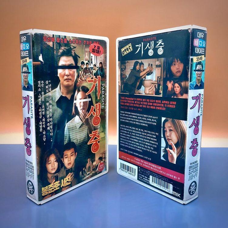 80年代への愛が生んだ最新映画のVHS そのパッケージに漂うノスタルジー