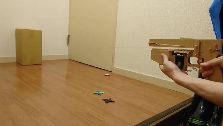 速すぎて見えないお手製の手裏剣銃 童心の夢溢れるダンボール工作