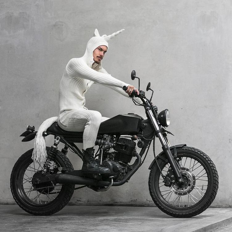 動物モチーフ全身ニットが話題 バイク乗りユニコーンにグラサンのウサギ