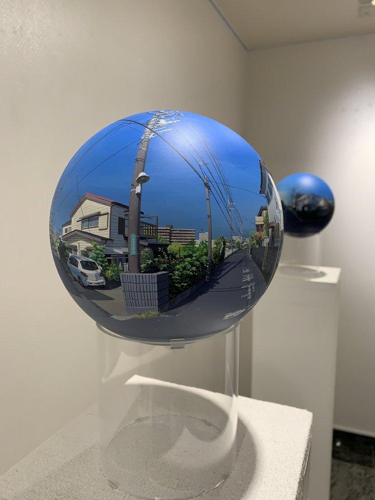 脳を混乱させる球体 何気ない風景を360°で描く作品が話題
