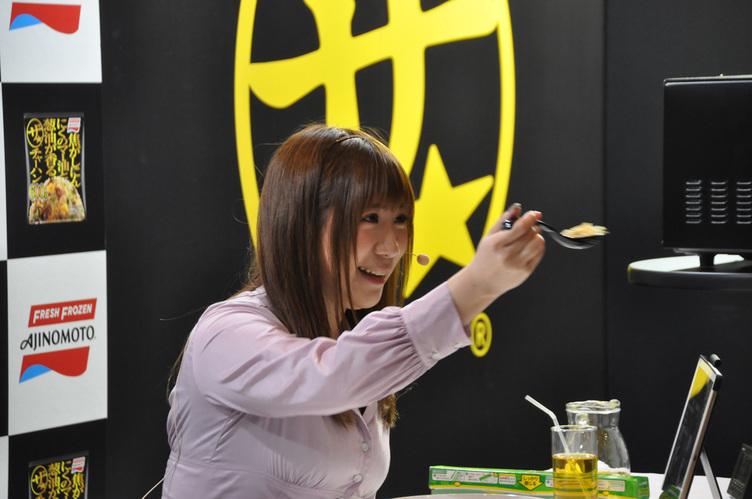 声優 小野早稀さん、ニコ超でチャーハンを「あ〜ん」→みんな笑顔になる😋