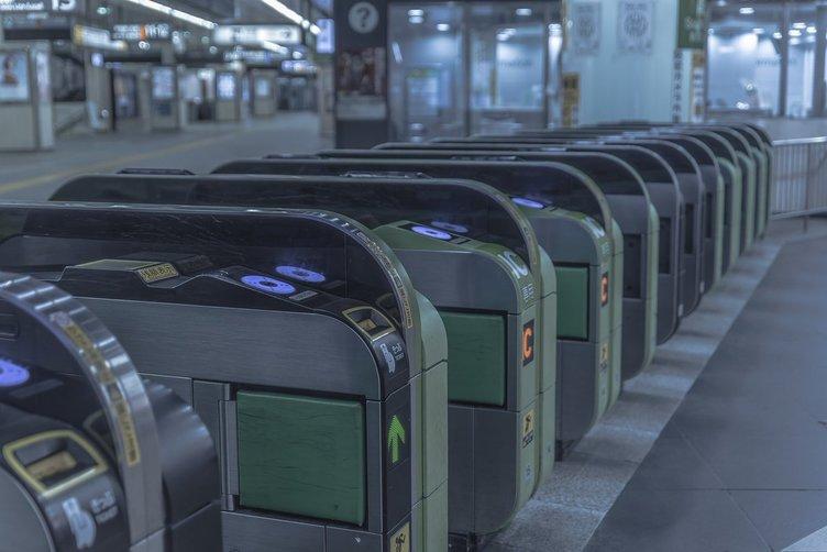 新宿駅から人が消えた 台風当日に撮影された幻想的な写真たち