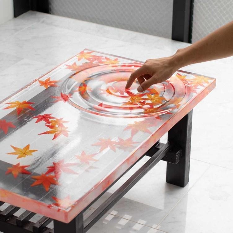 波紋、揺れてる? 錯覚するほど透明な紅葉のテーブル 制作に応用科学の知見を活用