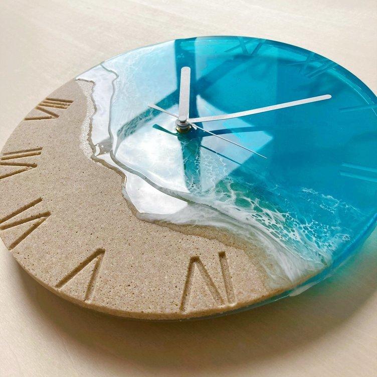 海の美しさが詰まったレジンの時計 ターコイズオーシャンに映える白波模様
