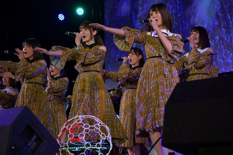 日向坂46、ドローンと共演で新感覚ライブ披露 レースにも興奮