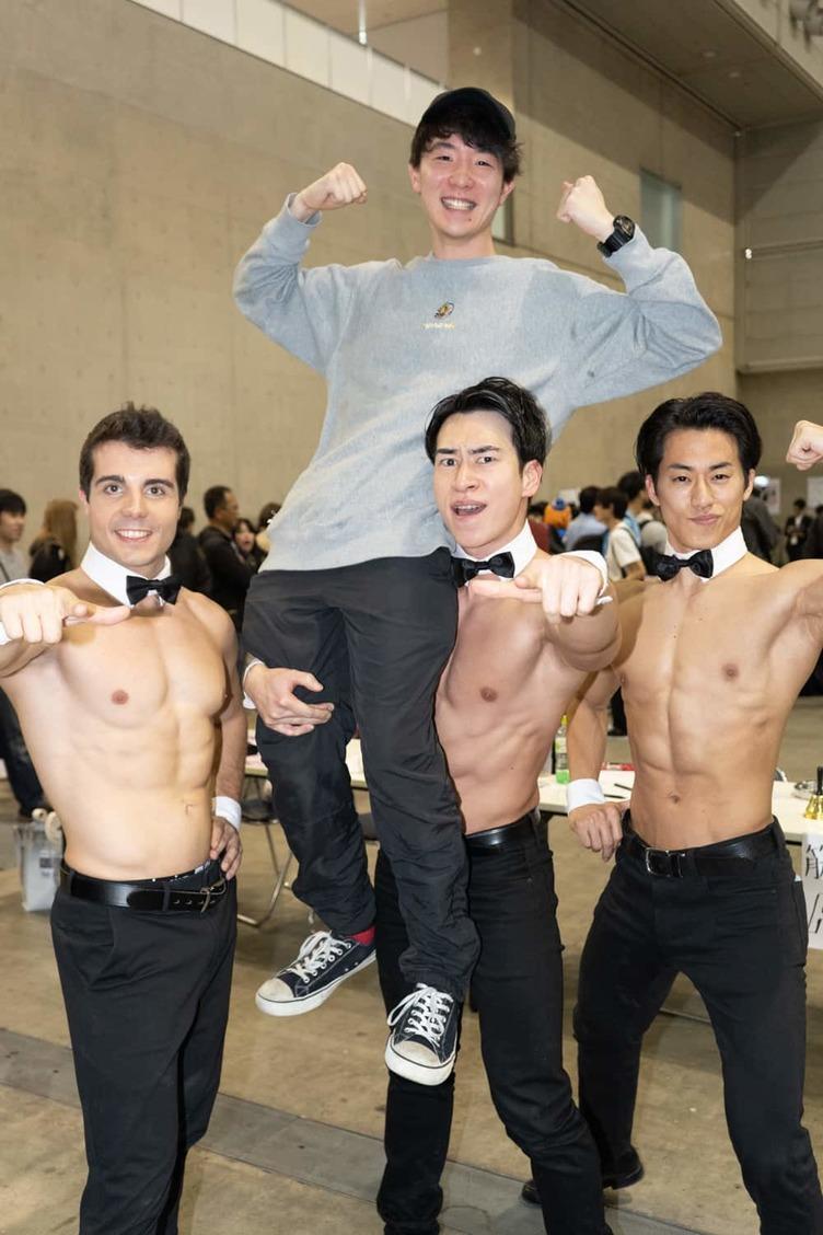 ニコニコ超会議名物「マッスルタクシー」179cmの男性を片手で持ち上げる!