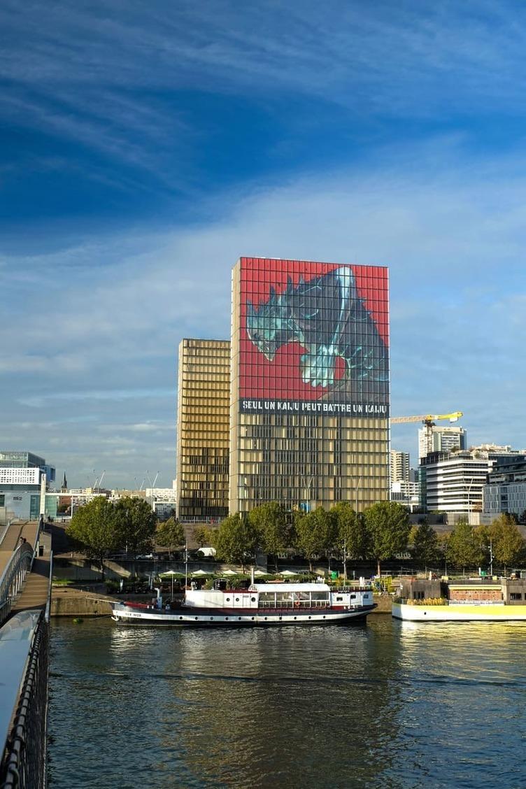 怪獣8号、パリに現る フランス国立図書館で約50mの幕が公開