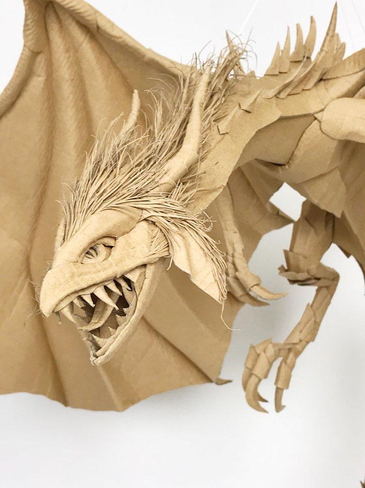 ダンボールでつくったドラゴンが神々しい 超絶技巧にため息が出る…
