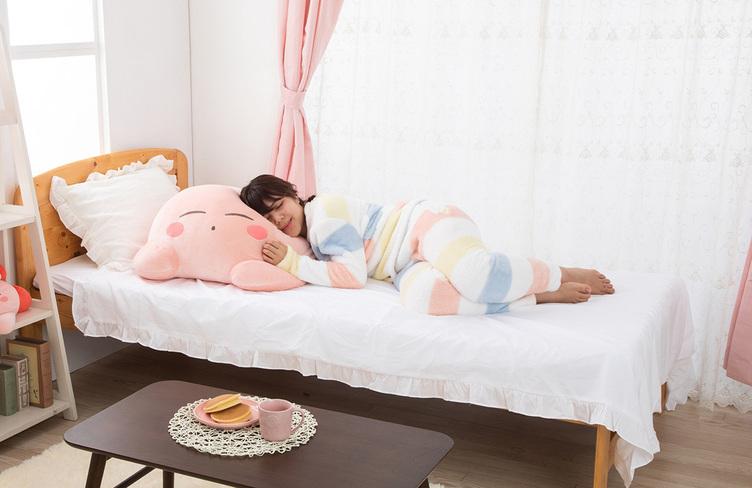 ベッドの3分の1を専有する巨大カービィ 人気シリーズ「すやすやフレンド」に登場