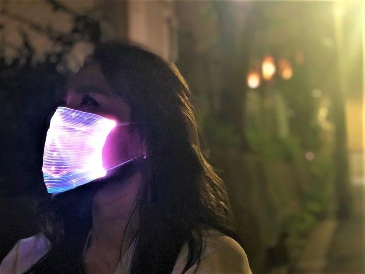 7色に光るマスク、まるでゲーミング機器 ※ゲーミングマスクではありません