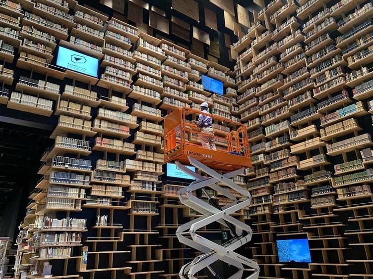 「角川武蔵野ミュージアム」3万冊の壮観 巨大本棚の作業風景を公開