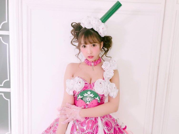 AV女優 三上悠亜、スタバのフラペチーノコスに「かわいすぎて飲めない!」の声