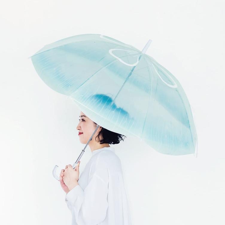 梅雨まだ? クラゲをモチーフにしたキュートな傘 雨空を泳ぐ姿が美しい