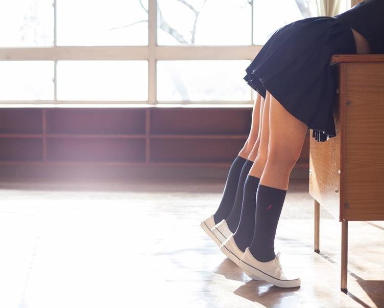 女子高生を記号的に映し出す 写真家・青山裕企が集大成的な新刊