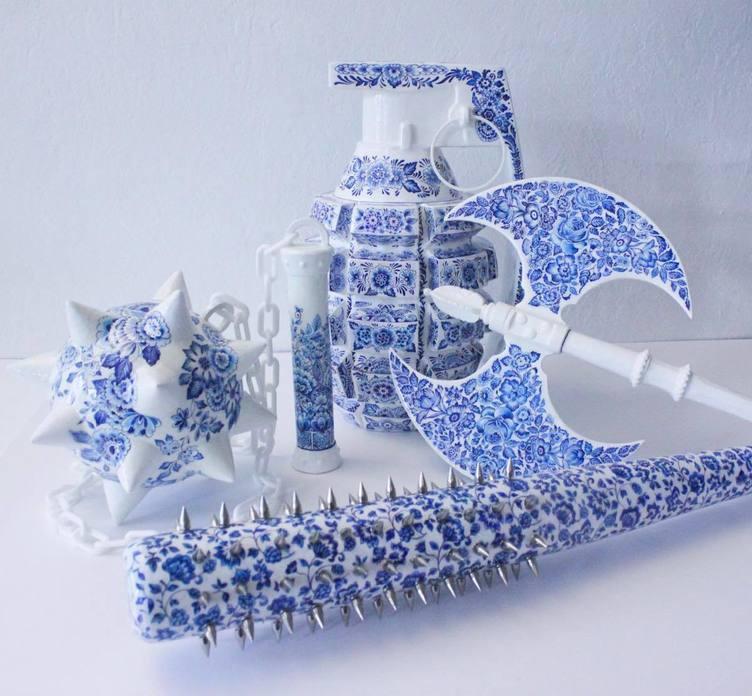武骨とは無縁な陶器の武器セット パリ在住のアーティストが込めた強さや怒り