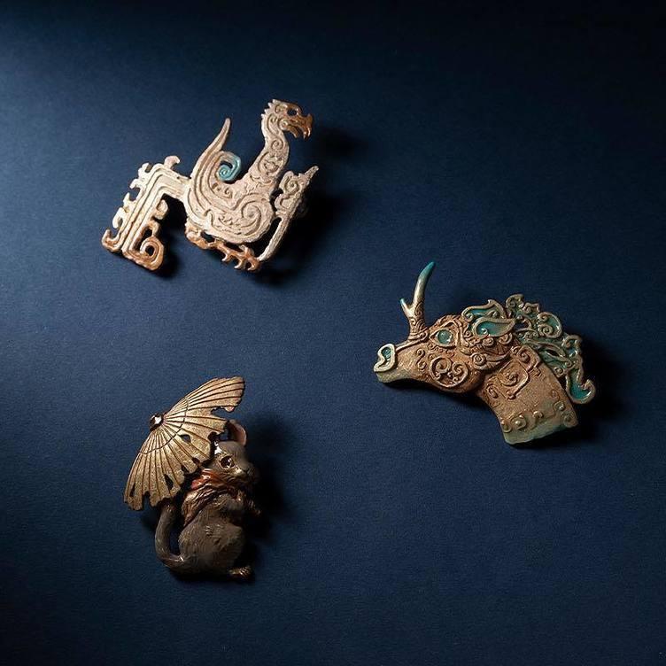 素敵すぎる『十二国記』山田章博のイラストが職人の手でブローチに
