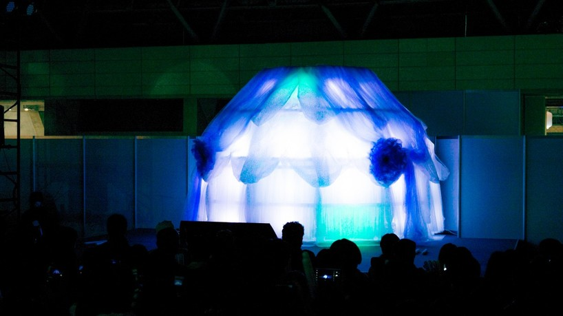 その日、舞台にはずっと小林幸子さんの衣装のようなものが佇んでいた