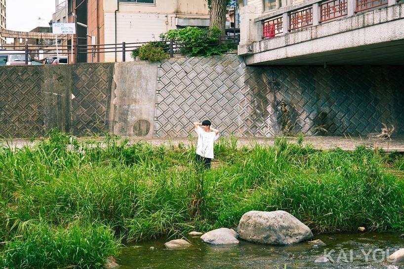 川で遊ぶさなり