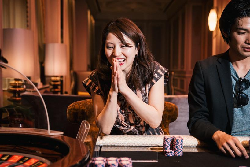 カジノを楽しむ2人