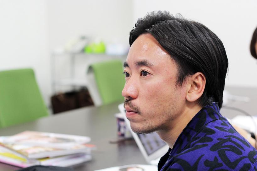 2人を見守る監督/撮影:編集部