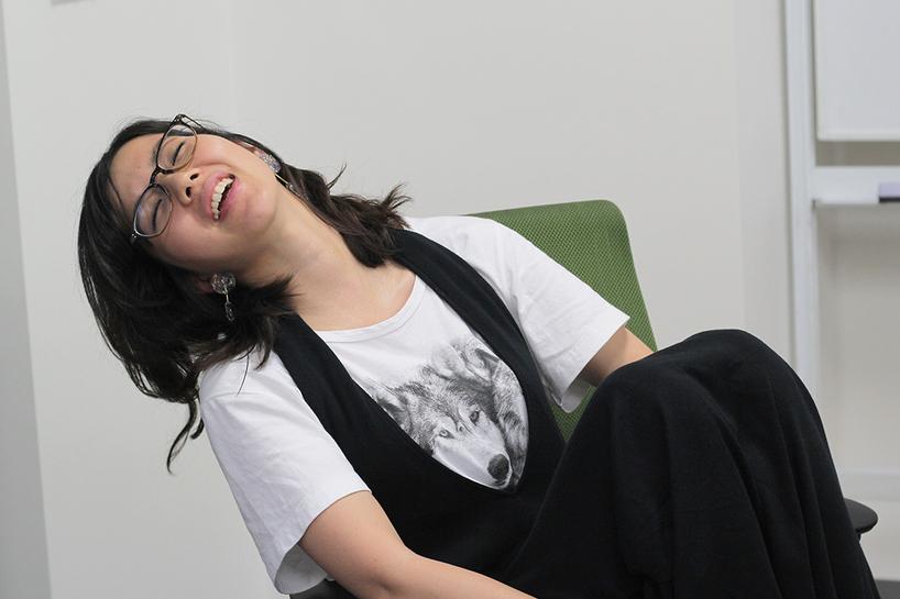 サンカク座りで「いっぱいいっぱいだよ〜」を実演する柴田さん/撮影:編集部
