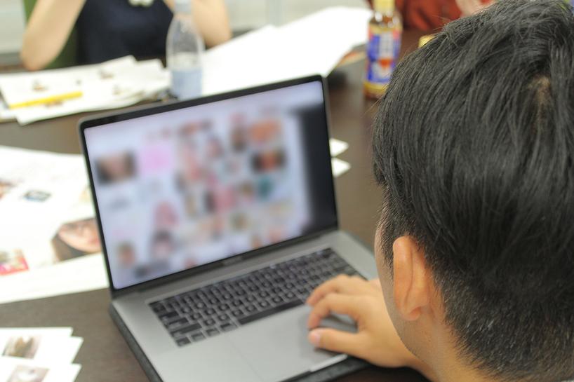 みんなを説得するため、ヒゲ女子画像を検索するDioraさん/撮影:編集部