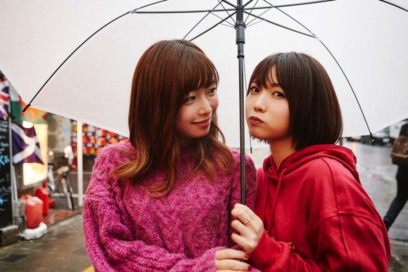 紗倉まなさん(左)と戸田真琴さん(右)
