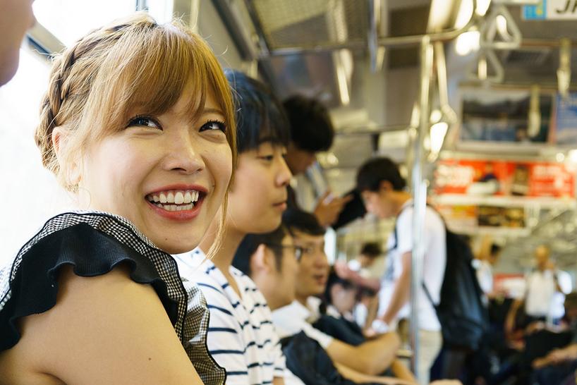 電車に乗り、若戸大橋へ向かう。「この電車は小倉と若松の移動でよく使いました。ぐっとくるものがあります」
